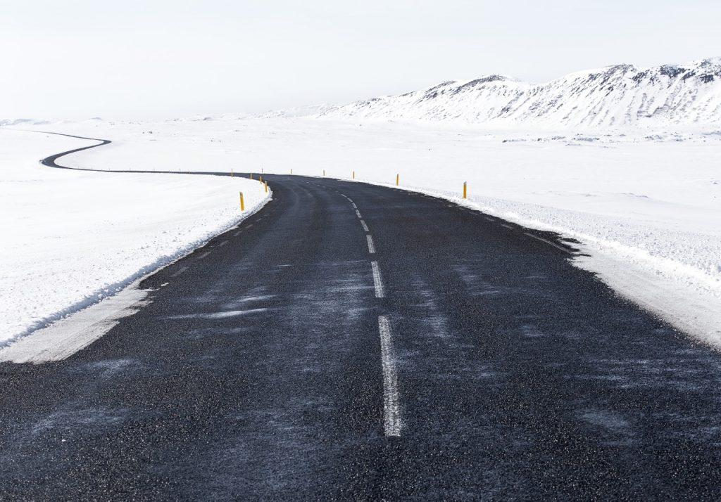 router sous la neige en hiver
